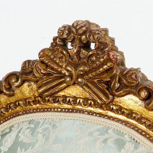 Paire de fauteuils dorés de style Louis XVI, sur quatre pieds, avec deux repose …
