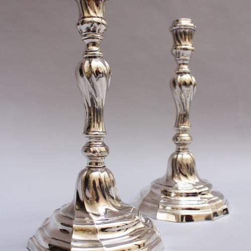 Paire de chandeliers en argent, de forme ronde tournée et épaissie ; Belgique Le…