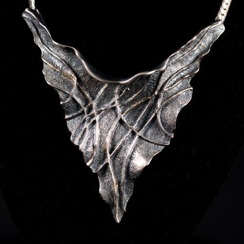 Collier en argent avec pendentif intégré en forme de feuilles, 44g, maître signé…