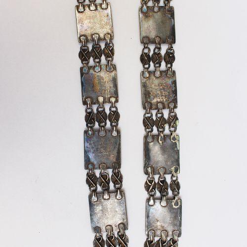 Collier oriental, avec des plaques d'argent ciselées et gravées sur des chaînes …