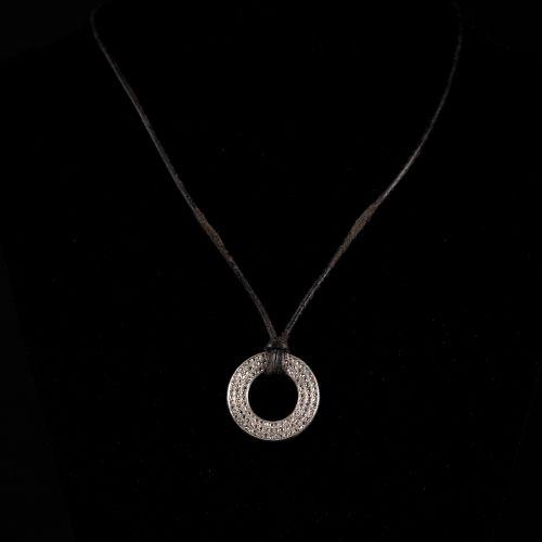 Collier en cuir avec pendentif Art Déco rond en platine, avec de vieux diamants …