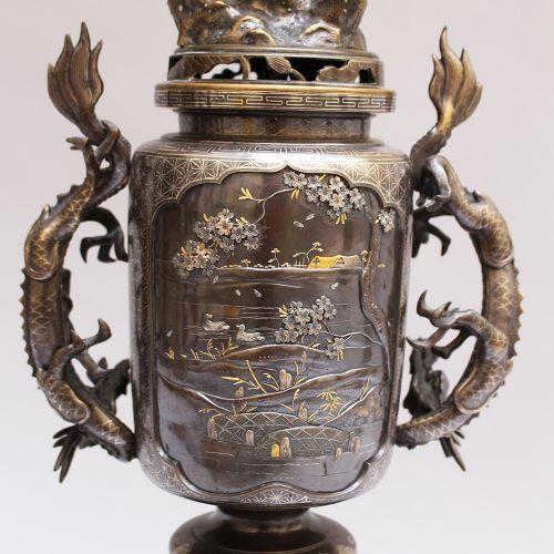 Candélabre en bronze de Meiji, pour deux lumières, vase central sur trois pieds …