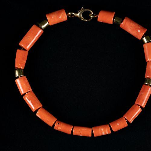 Collier de corail avec or 750, claps et pièces.