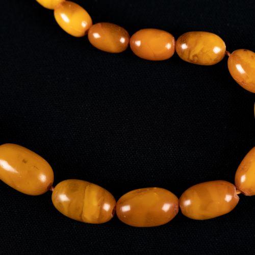 Collier d'ambre 22g, taillé en différentes grosses perles polies, avec incrustat…