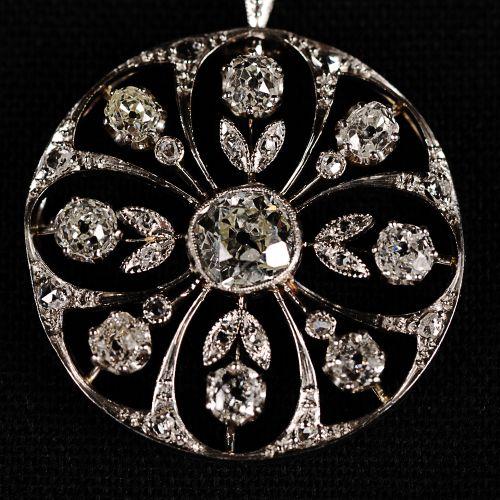 Pendentif en platine avec un diamant central de 0,8 carat et des diamants de 0,9…