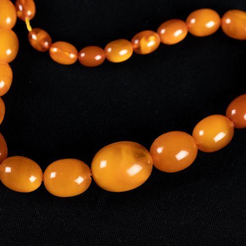Collier d'ambre ; 26g. 49 cm de longueur