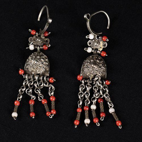 Parure en argent comprenant un collier design avec éléments pyramidaux (40cm) ; …