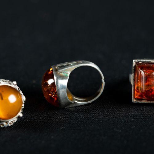 Lot d'argent et ambre : 1 bracelet 835/1000silver 18 cm, 3 bagues avec ambre et …