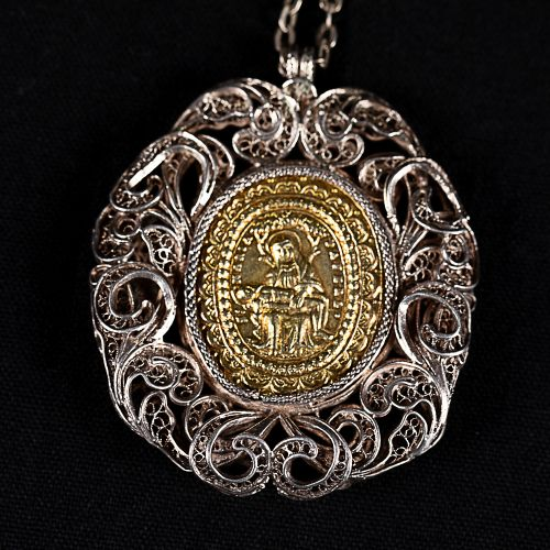 Collier en filigrane d'argent avec pendentif au centre possible médaillon en or …