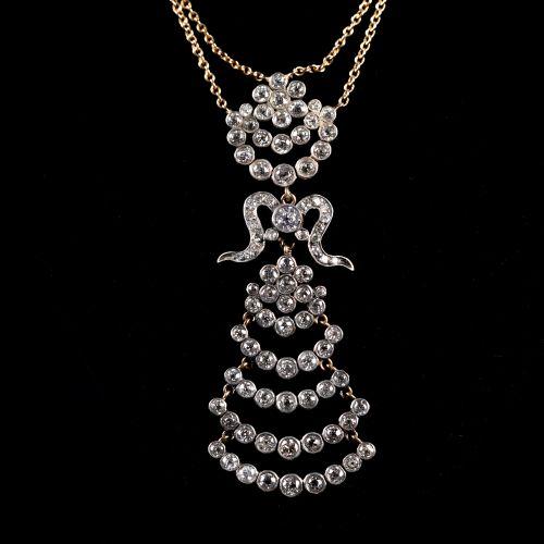 Collier en or jaune avec pendentif avec 6.5K diamants. Longueur totale 30cm
