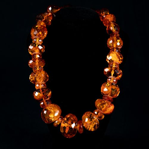 Collier d'ambre 229g, coupé en différentes grosses perles polies, avec incrustat…