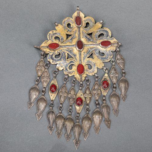 Lot de bijoux d'art populaire du Sud Est, comprenant deux broches, une partie de…