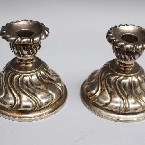 Deux bougeoirs en argent, marques de hall ; 280g ; 835/1000. Hauteur 8 cm.
