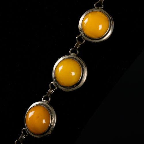 Collier en argent et ambre. Longueur fermée 24,5cm. 84g.
