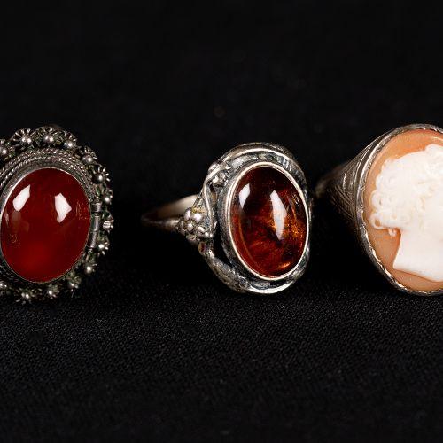 Ensemble de 14 bagues, argent 95g ; avec camée, ambre et autres pierres.