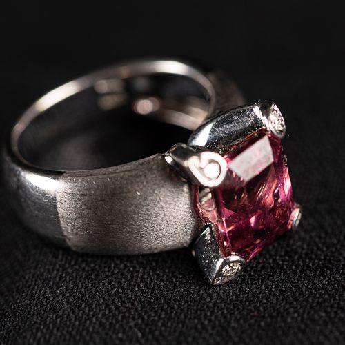 Bague en or blanc, avec turmaline, diamant, poinçonnée, 8 grammes, 106 mm de dia…