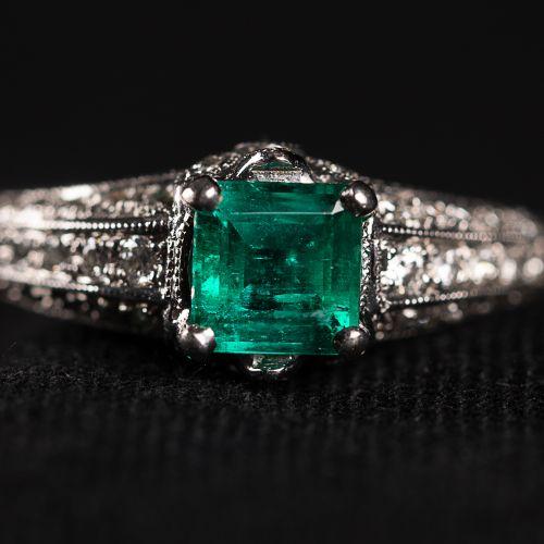 Bague en or blanc 750, avec émeraude verte de Colombie 0,55 carat et Diamants de…