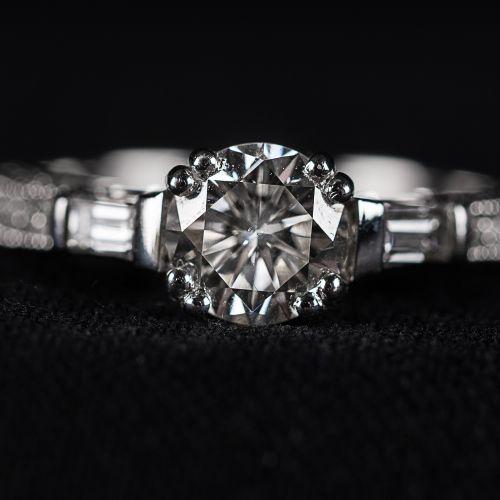 Bague en or blanc 750 avec diamant central 1,07 carat 2 baguettes de 0,25 carat,…