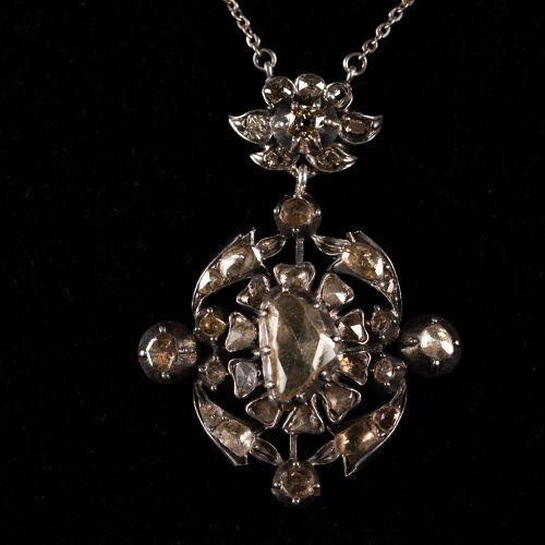 Collier avec pendentif avec Roses en diamant taille ancienne 2,6 carat