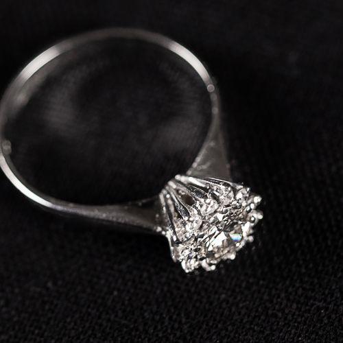 Bague en or blanc 750 avec un diamant de 0,5 carat,