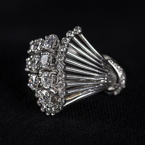 Bague en or blanc 750 avec 9 grands et petits diamants, total 1 Carat, couleur F…