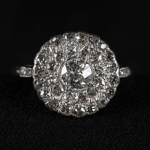 Bague en or blanc avec diamant central de 0,65 carat couleur J,VSI, les autres d…