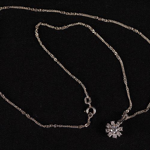 Collier avec pendentif en or blanc 14k avec des brillants de 0,5k. 22,5cm de lon…