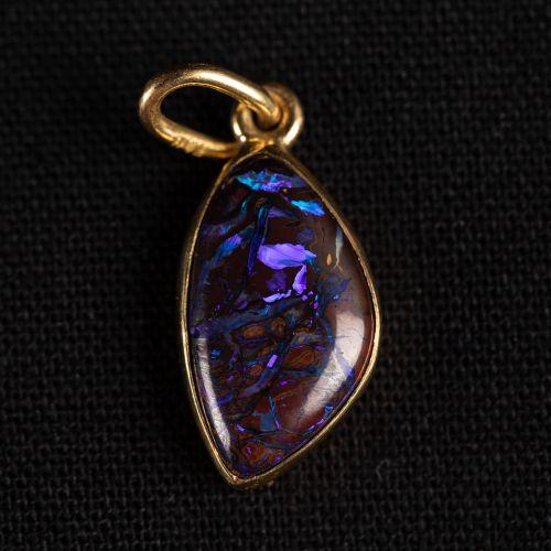 Pendentif en or 750 avec opale noire