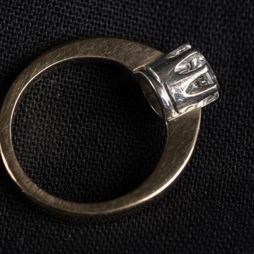 Bague en or 750 avec un diamant blanc de 1,02, couleur G H, poids 6,3 grammes.