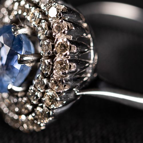 Bague en or blanc avec saphir de ceylan de 1,9 carat et diamants de 0,9 carat de…