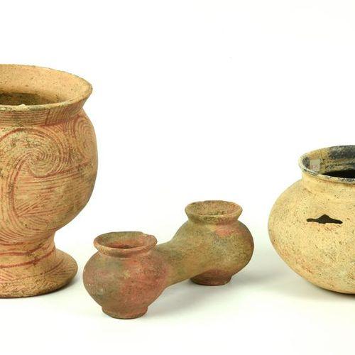 TRE VASI BANG CHIANG DATAZIONE: 600 300 a. C. MATERIA E TECNICA: argilla depurat…