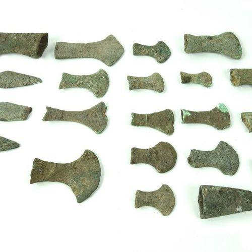 LOTTO DI ASCE E PUNTE DI LANCIA DATAZIONE: 600 300 a. C. MATERIA E TECNICA: bron…
