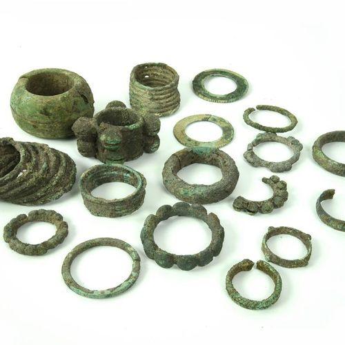 LOTTO DI MONILI DATAZIONE: 600 300 a. C. MATERIA E TECNICA: bronzo fuso e cesell…