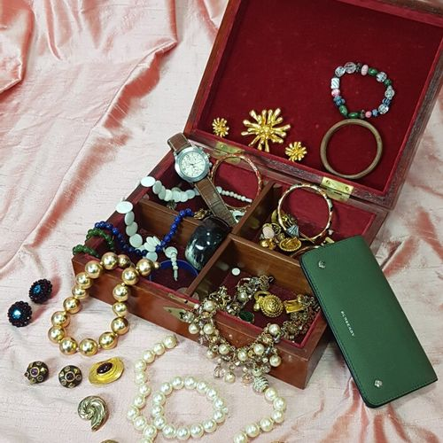 Fancy JEWELLERY LOT: bracelets, necklaces, watches....Watch TISSOT in a card hol…