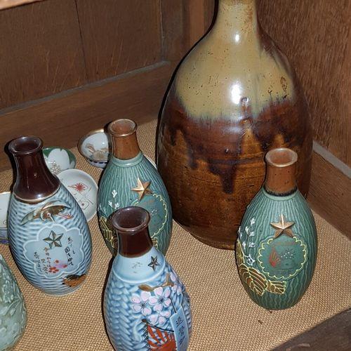 Fort lot de bouteilles et verres à saké, en porcelaine ou grès.    On y joint : …