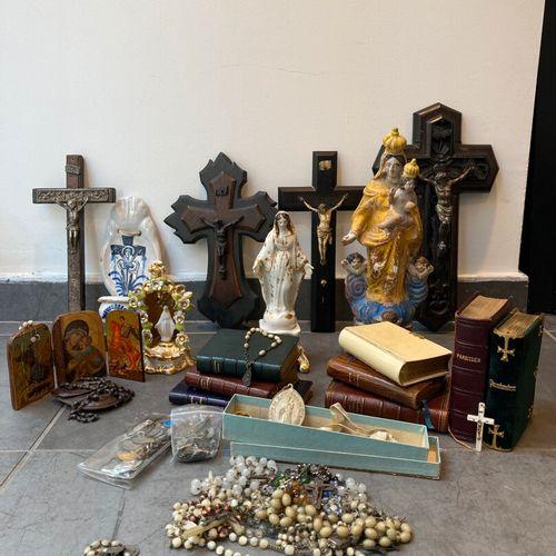 Ensemble d'objets religieux comprenant : rosaires, médailles, crucifix, statues …