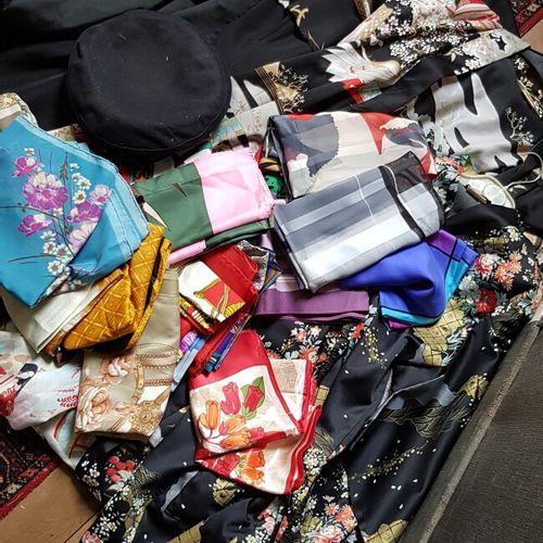 Lot d'accessoires de mode tels que foulards, vestes d'intérieur japonaises court…