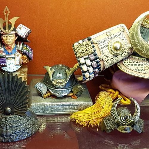 Lot de figurines en métal à sujet de casque de samouraïs, travail moderne