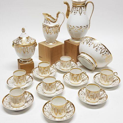 Partie de service à café en porcelaine à décor blanc et or comprenant verseuse, …