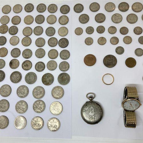 Un lot de pièces de francs et pièces étrangères  On y joint :  Une montre quartz…