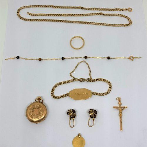 Un lot en or comprenant :  Une paire de boucle d'oreilles  Une chaine (métal dor…
