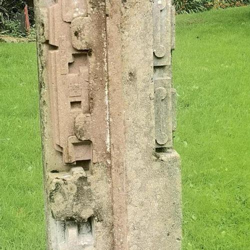 Modern and Garden Sculpture: Gerald Moore Geometric totem Ciment fondu 104cm hig…