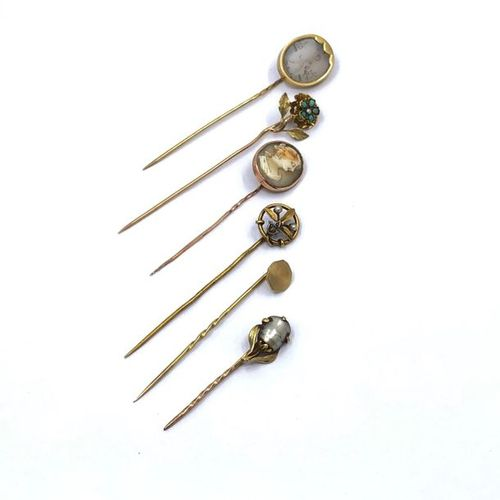 CONTINUOUS six pins A 750° yellow gold tie pin with an intaglio rock crystal pla…