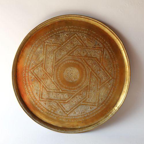 Plateau en cuivre à décor ciselé.  Syrie, XIXe siècle.  Diam. : 43 cm