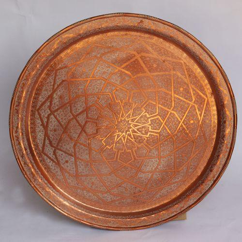 Grand plateau en cuivre à décor ciselé.  Syrie, XIXe siècle.  Diam. : 86 cm