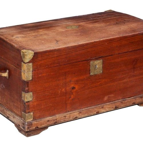 A Chinese export camphor wood chest, 19th Century  46 x 86 x 49,5 cm  400 600 €