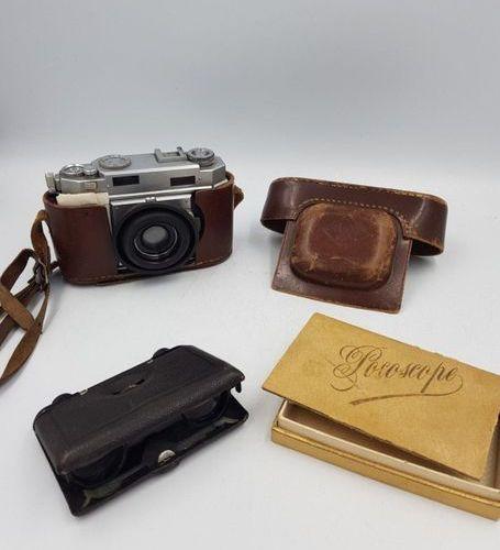 Appareil photo AGFA et paire de jumelles repliables AGFA camera and pair of fold…