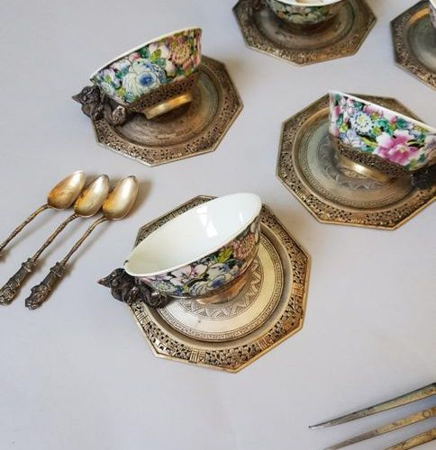 Lot en argent et porcelaine Set of 6 Chinese porcelain cups with silver handles …