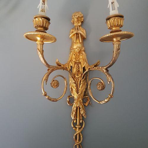 """一套4个铜制灯笼,有两个灯臂,装饰有一个带鞘的吹笛人,刺叶装饰,卷轴在松果的末端;署名 """"G.D"""",19世纪。 高度:44厘米 根据让 豪尔的模型,1787年为…"""