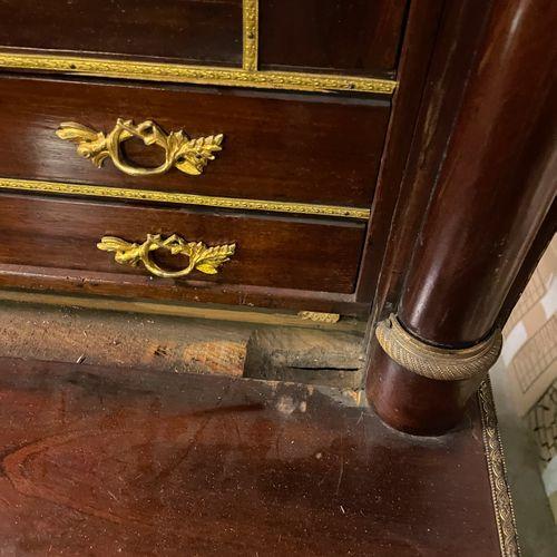 SECRETAIRE à demi colonnes en acajou et placage d'acajou ouvrant à un abattant e…
